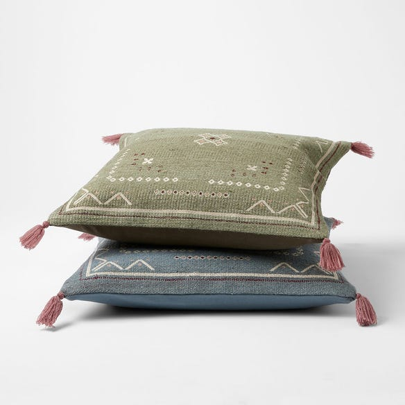 https://s3-ap-southeast-2.amazonaws.com/fusionfactory.commerceconnect.bbnt.production/pim_media/000/119/938/M_F-Sabre-Embroidered-Cushions-W21-214250-R.jpg?1620092465