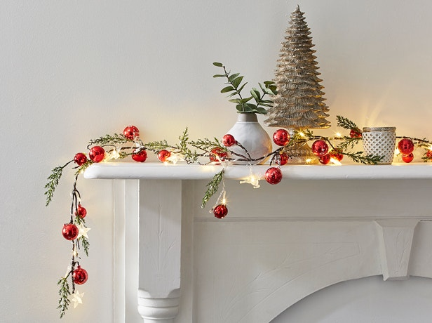 How to Decorate a Small Space for Christmas Image 03